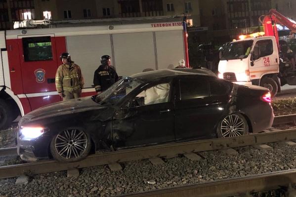В результате опасных маневров две иномарки вылетели на трамвайные пути