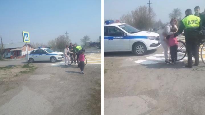 В НСО машина ДПС сбила боковым зеркалом велосипедистку с ребенком— как себя чувствуют мать с дочкой