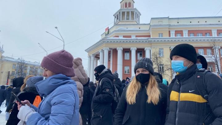 В центре Кемерово горожане вышли на несанкционированный митинг в поддержку Алексея Навального