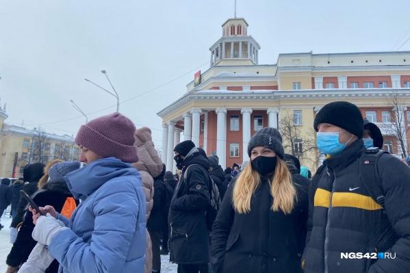 Участники акции скандируют «Свободу Навальному», «Перемен»