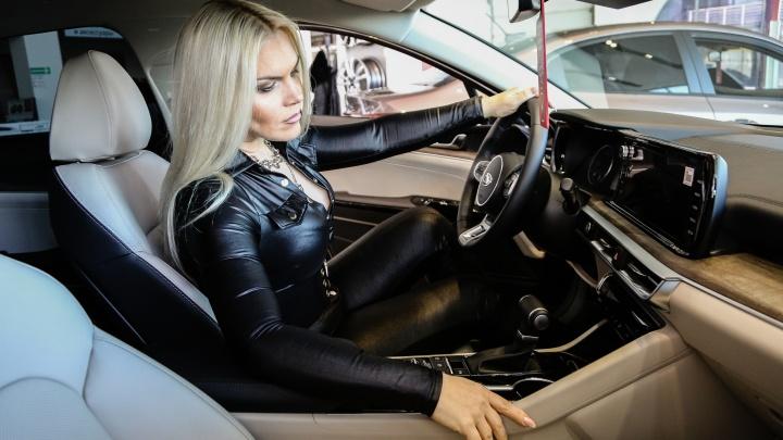 «Яркий дизайн, плавная и маневренная»: известные омичи рассказали, как выбирают автомобиль
