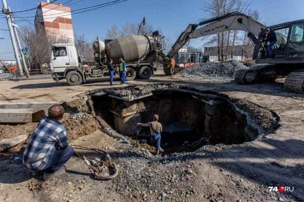 Провал на пересечении улиц Чайковского и Куйбышева начали засыпать, там заменили трубу коллектора