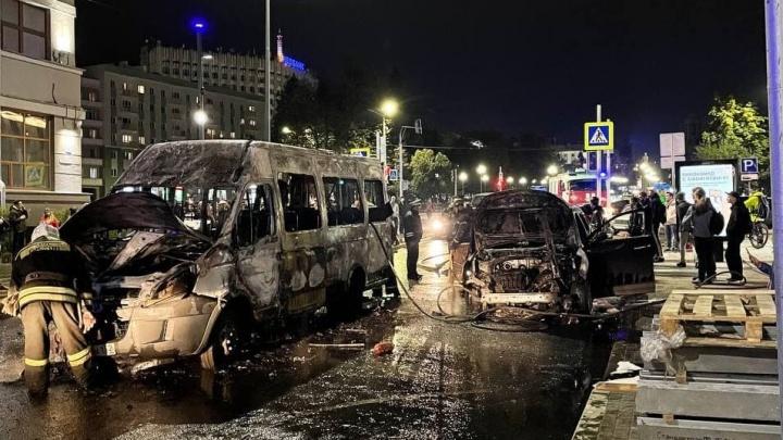 Маршрутка сгорела дотла на площади Горького. Огонь перекинулся на припаркованную рядом машину