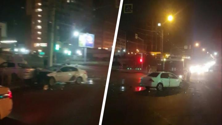 На Красном проспекте произошло массовое ДТП — одного из водителей увезли на скорой