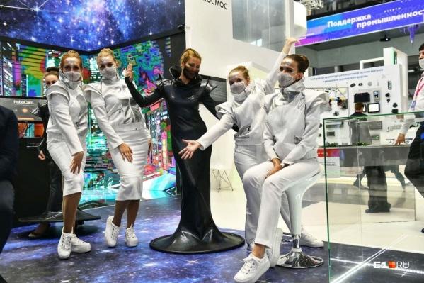 В этом году девушки были в самых разных нарядах, но их объединял один атрибут — маски на лицах