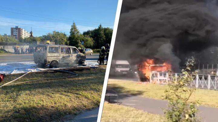 Открытый огонь и клубы дыма: очевидцы засняли, как в Архангельске на ходу загорелся микроавтобус