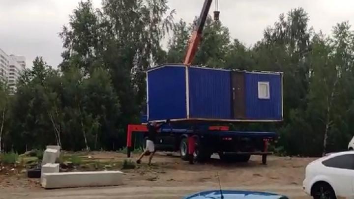 Люди ликуют: жильцам дома на Широкой Речке удалось прогнать незаконную парковку