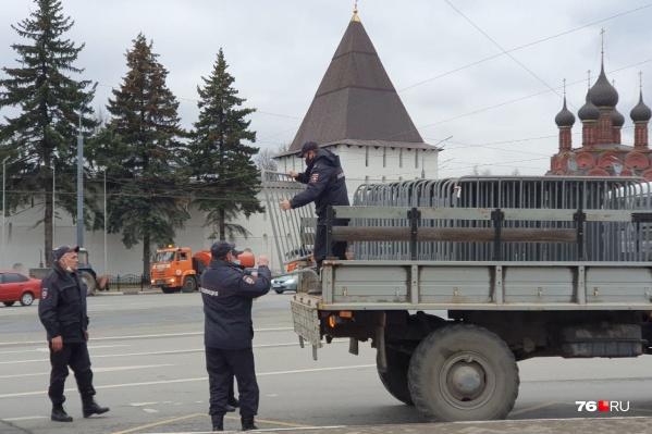 Полицейские привезли грузовик с ограждением