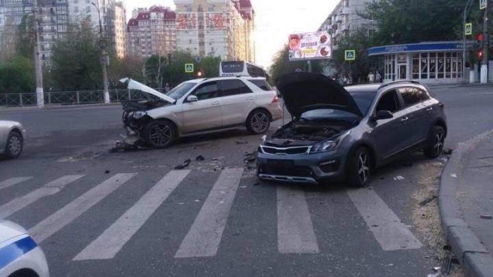 Бросили машины, кинулись на помощь: жесткое ДТП в центре Волгограда попало на видео