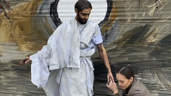 «Отказали все городские площадки»: на набережной Енисея художница сделала перформанс с Иисусом