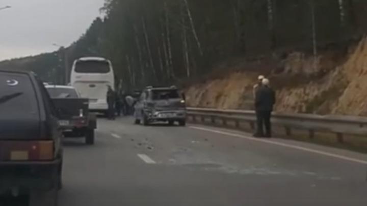 Челябинский тракт встал в пробку из-за ДТП с автобусом