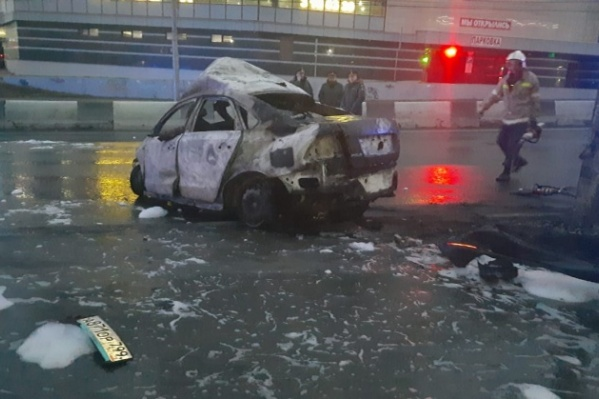 После удара о бордюр автомобиль вспыхнул и сгорел за считаные минуты
