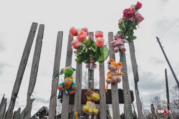 Рядом со сгоревшим домом в Утёсе — мемориал, который устроили местные жители