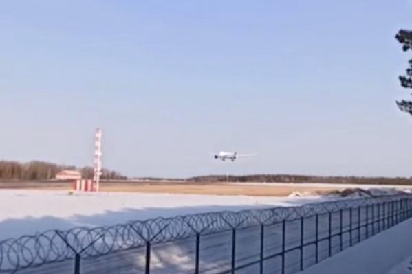 """Пассажиры ждали самолет почти <nobr class=""""_"""">12 часов</nobr>"""