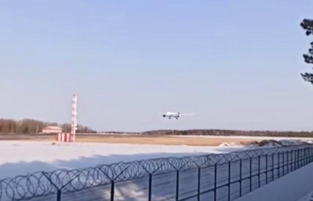 В Красноярск за пассажирами экстренно севшего боинга прибыл резервный борт