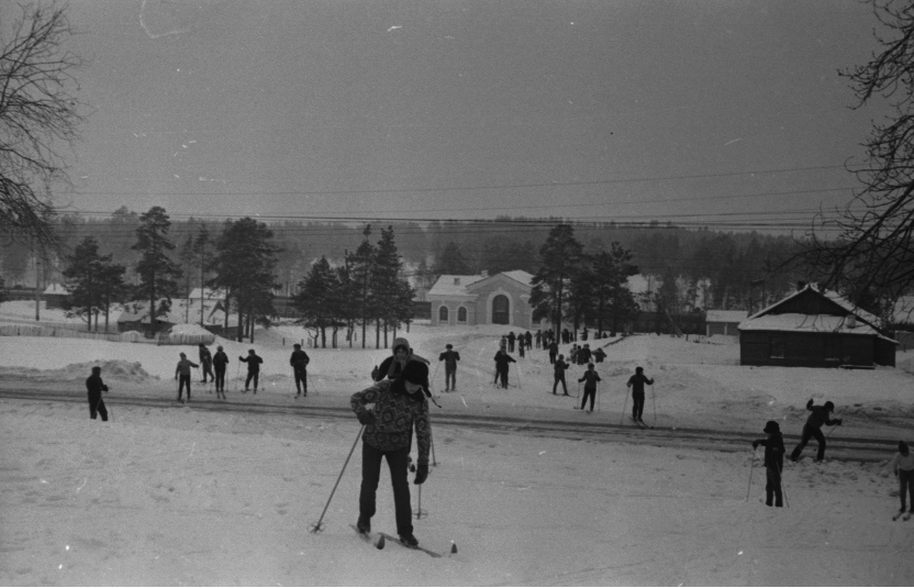Лыжники, прибывшие в Курумоч на поезде «Снежинка». 1968 год