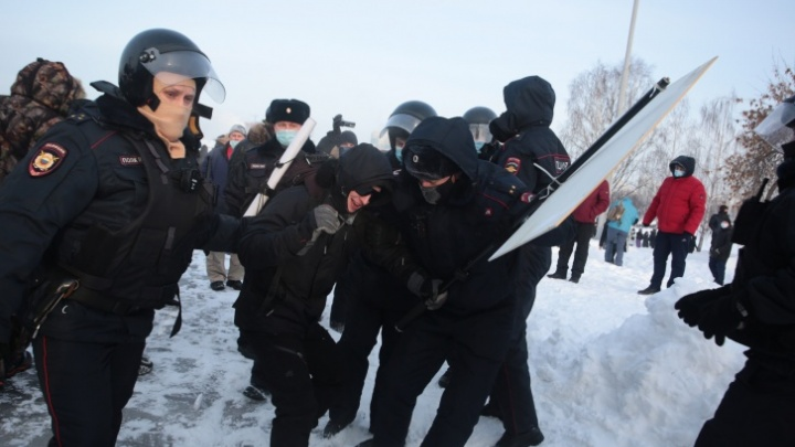 Уличного художника Тимофея Радю задержали. Его везут в суд