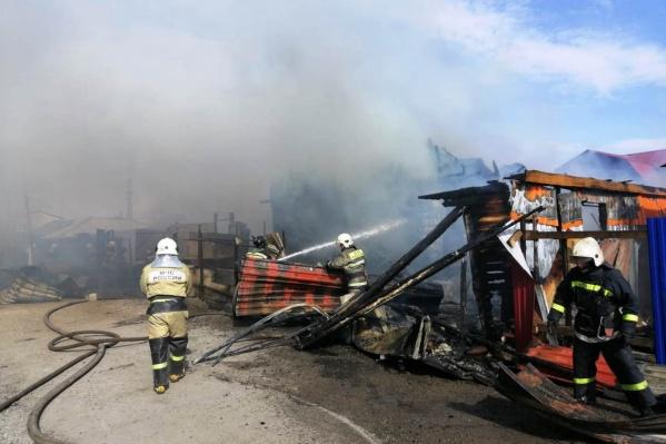 Пожарные справились с открытым огнем за час