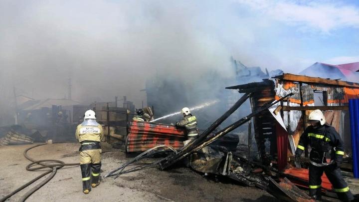 На Московке-2 загорелись три частных дома. Мощный пожар попал на видео