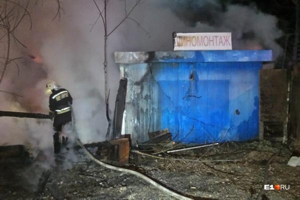 По словам очевидцев, огонь быстро охватил шиномонтаж