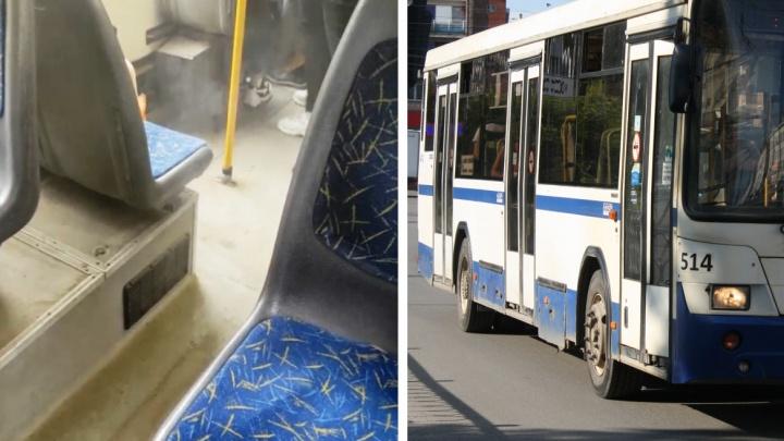 «Вся одежда провоняла». В Екатеринбурге салон автобуса заволокло едким дымом