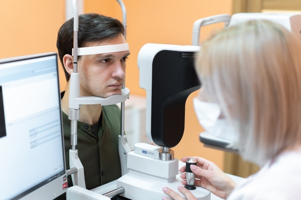 Диагностика занимает около одного часа и состоит из более чем 10 обследований и консультации врача-офтальмолога