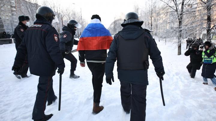 На несогласованной с властями акции протеста в Челябинске начались первые задержания
