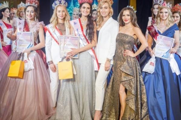 Светлана (по центру с дипломом) победила в категории «Миссис»