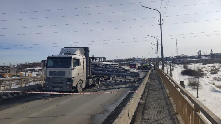 В Кургане металлоконструкции из двигавшейся по мосту фуры упали на легковушку