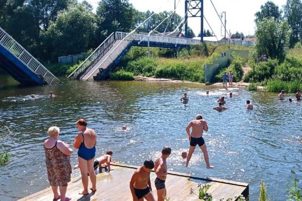 Люди отдыхают рядом с заброшенным мостом
