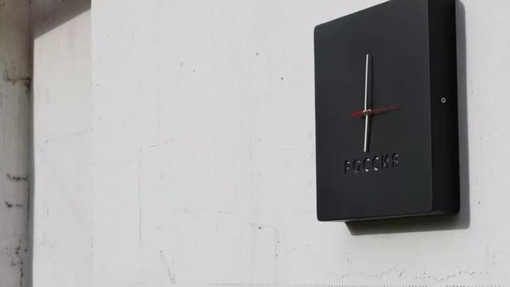 На доме Бориса Немцова в Нижнем Новгороде появились часы, идущие назад