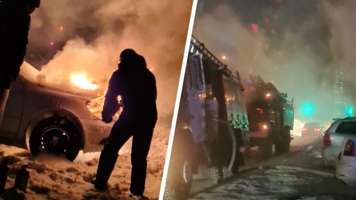 В Ленинском районе вспыхнула Skoda Octavia — очевидцы пытались потушить ее снегом