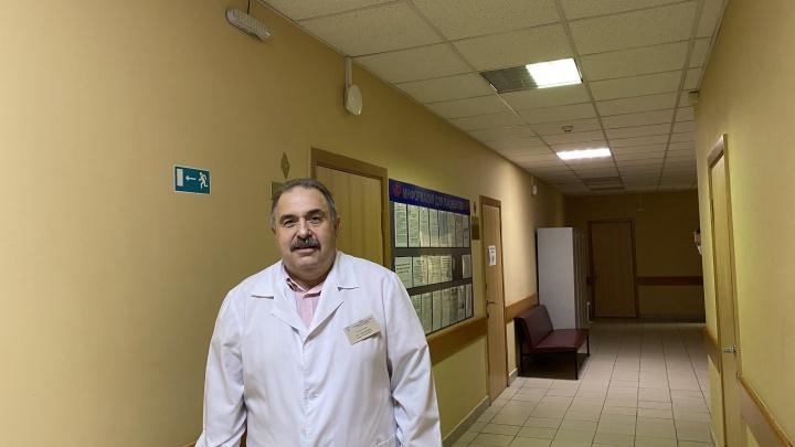 В Ростове сотни медиков поликлиники № 1 призвали власти вернуть уволившегося из-за скандала главврача