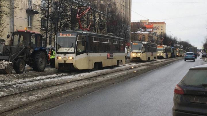 Трактор «поцеловал»: в Ярославле из-за уборки улицы встали сразу восемь трамваев