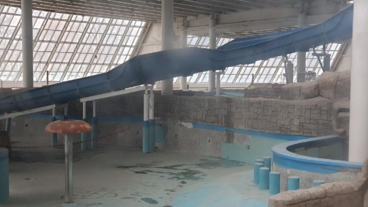 Пустые бассейны и заброшенные горки: появились фото законсервированного самарского аквапарка