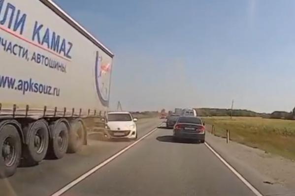 На записи видно, как водитель иномарки пытается избежать столкновения