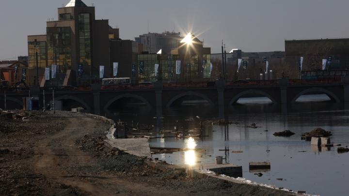 В центре Челябинска затопило стройку набережной Миасса