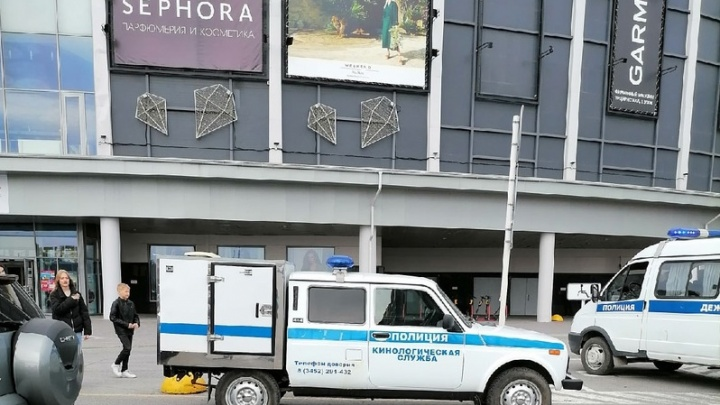 Посетителей вывели из ТРЦ «Кристалл» в Тюмени — на месте работали кинологи