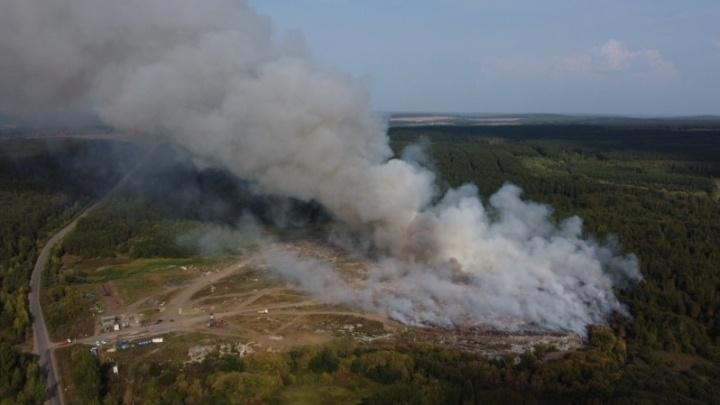 В Свердловской области крупный пожар на мусорном полигоне. Когда его потушат