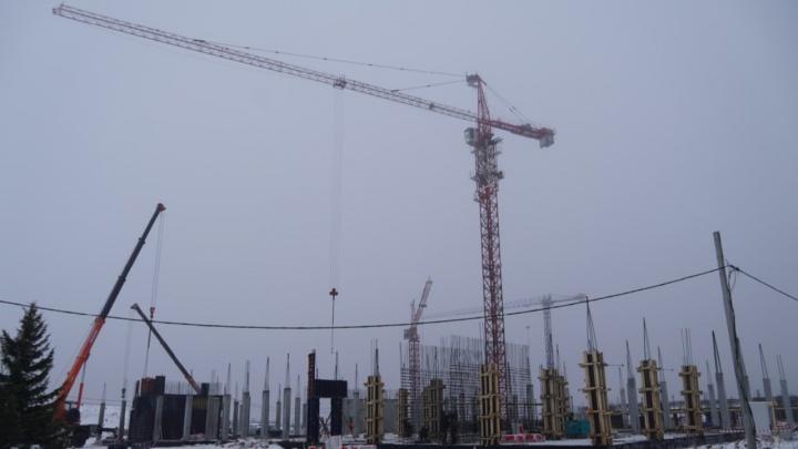 300 строителей и 400 миллионов рублей: туманный фоторепортаж со стройки кадетского корпуса в Омске