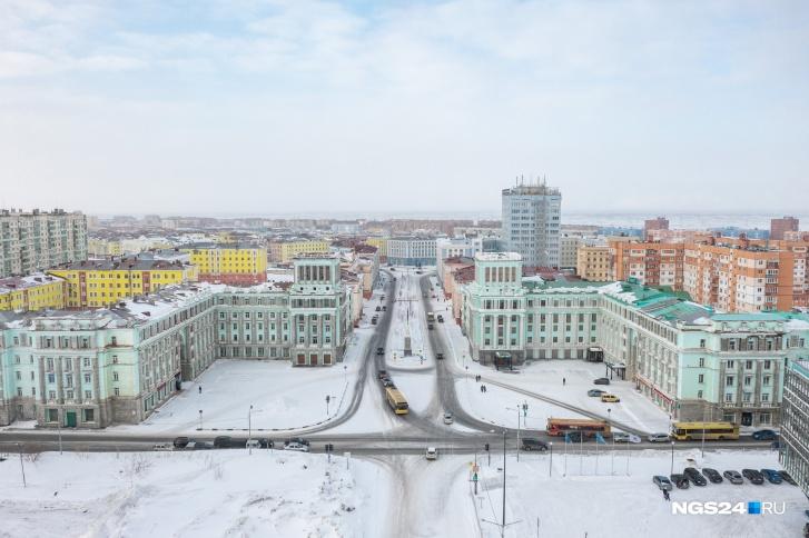 """Норильск — очень необычный город. Один местный житель признался нам, что световой день здесь для него равняется двум <nobr class=""""_"""">в Красноярске —</nobr> из-за тяжелого климата стареет здесь якобы быстрее"""