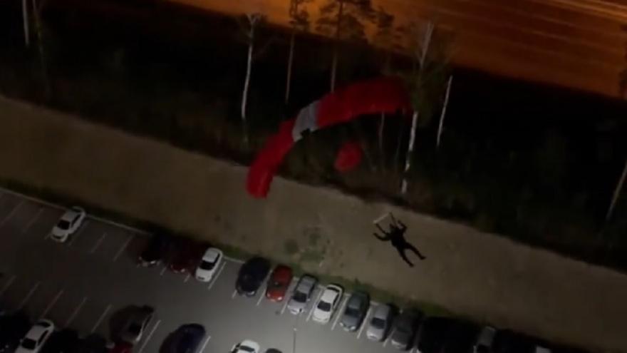 В Екатеринбурге экстремал прыгнул с парашютом с дома ЖК «Светлый» и влетел в машину