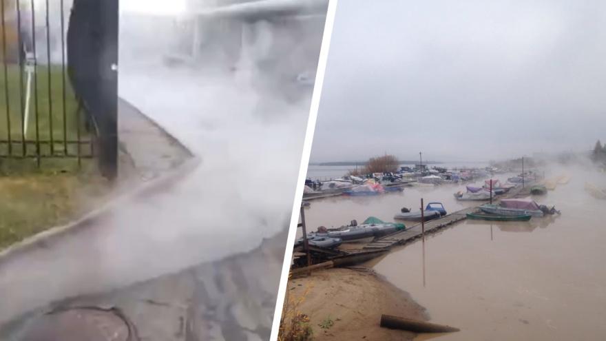 В Архангельске у здания таможни мощно прорвало трубу с кипятком