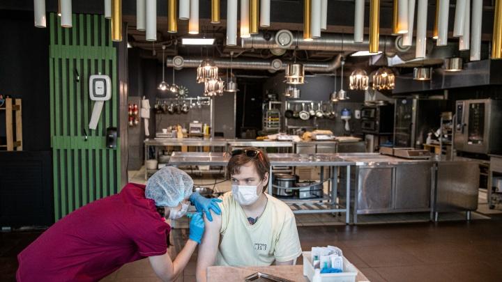 Тренеров и поваров привили от ковида на рабочем месте: фото из фитнес-центра X-Fit и гастроинкубатора