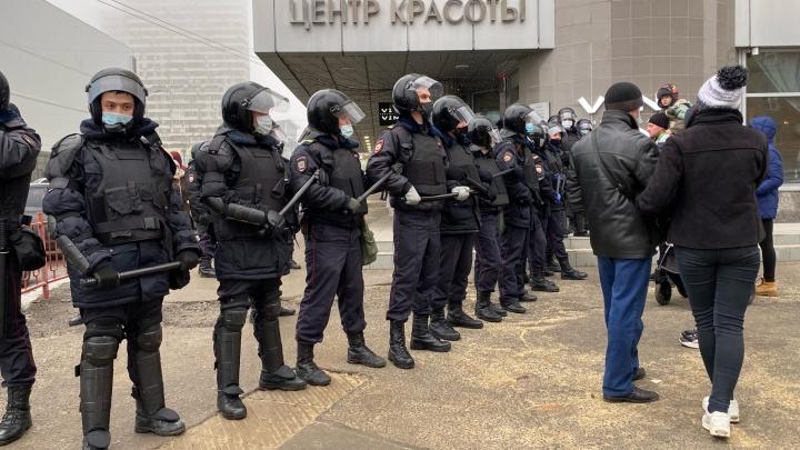 Здание администрации оцеплено: в Волгограде ОМОН разгоняет участников незаконной акции