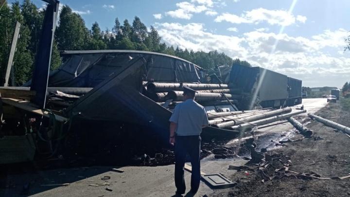 «Трубы прошили три машины»: очевидец — о ДТП с четырьмя грузовиками на Тюменском тракте