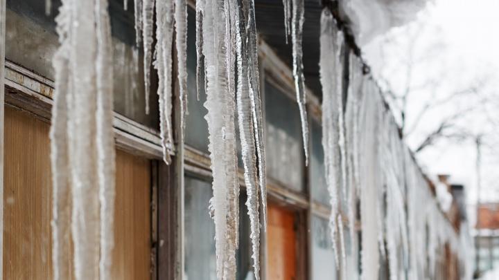 В Самаре женщину убила упавшая с крыши глыба льда