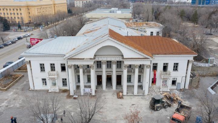 В центре Волгограда крушат залы легендарной «Победы»: показываем кинотеатр в начале глобальной реконструкции