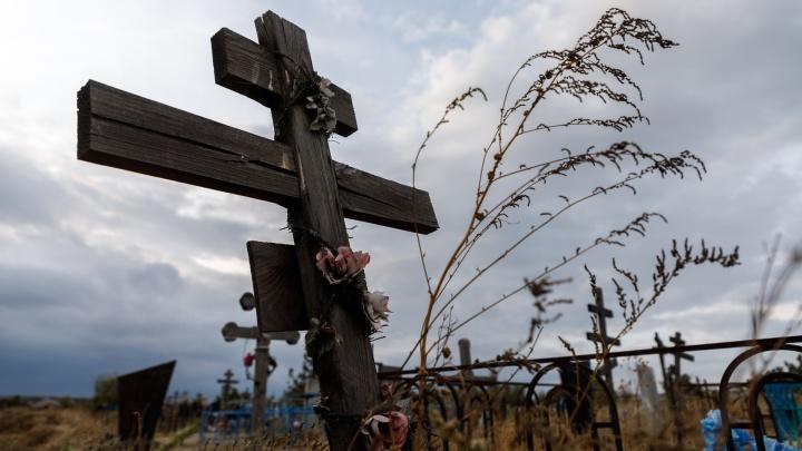 В Волгограде мужчина избил возлюбленную за то, что она не хотела уходить с могилы родственников