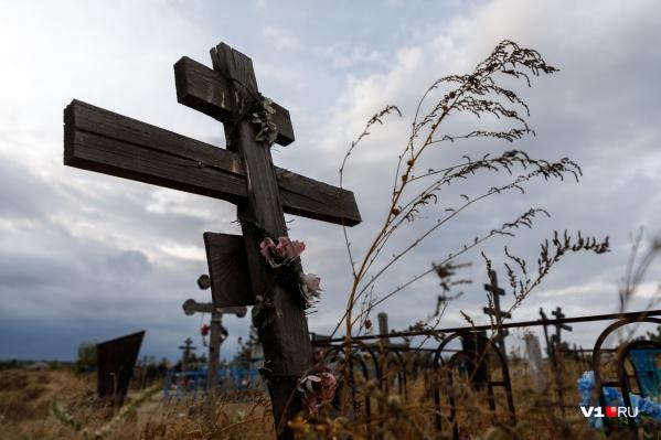 Мужчина сначала сбежал с кладбища, но затем вернулся и был задержан полицейскими